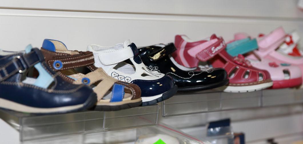 Детская-ортопедическая-обувь-стенд